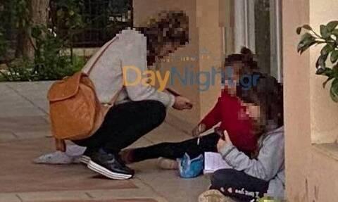 Ρέθυμνο - Εικόνες ντροπής: Μητέρα με 2 παιδιά σε πεζούλι για να παρακολουθήσουν τα μαθήματα (pics)