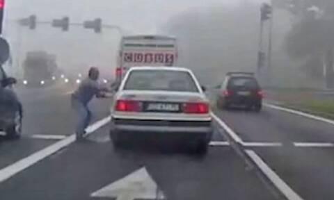 Βίντεο: Το πιο τρελό πράγμα που έχει συμβεί στον δρόμο