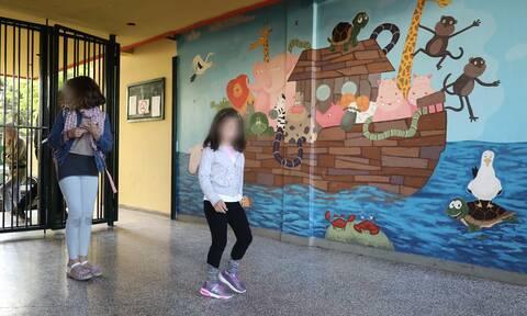 Σχολεία: Θα ανοίξουν στις 7 Δεκέμβρη ή καθόλου; Σενάριο για μαχαίρι στις διακοπές των Χριστουγέννων