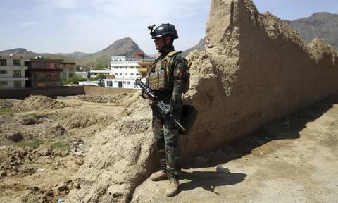 Φωτογραφία-σοκ Αυστραλού στρατιωτικού που έκανε «ποτήρι» προσθετικό πόδι νεκρού Ταλιμπάν