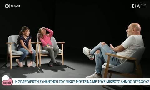 Η σπαρταριστή συνάντηση του Νίκου Μουτσινά με τους μικρούς δημοσιογράφους!
