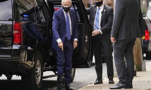 Τζο Μπάιντεν: Οι πρώτες εικόνες του νέου προέδρου των ΗΠΑ με την ειδική μπότα στο ποδι