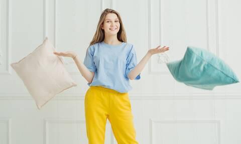 Έτσι θα καθαρίσετε τα διακοσμητικά μαξιλάρια του καναπέ