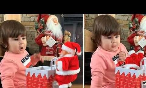 Η αντίδραση της όταν ανοίγει το χριστουγεννιάτικο δώρο είναι… όλα τα λεφτά