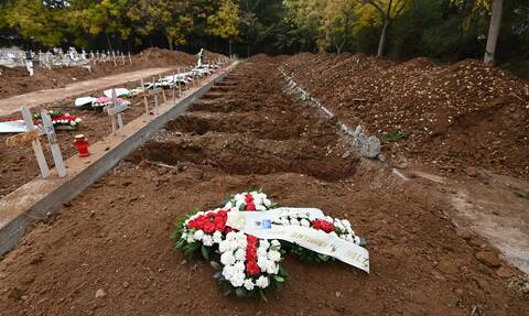 Κορονοϊός – Θεσσαλονίκη: Εικόνες φρίκης στα νεκροταφεία της πόλης – Τάφοι στη σειρά για τους νεκρούς