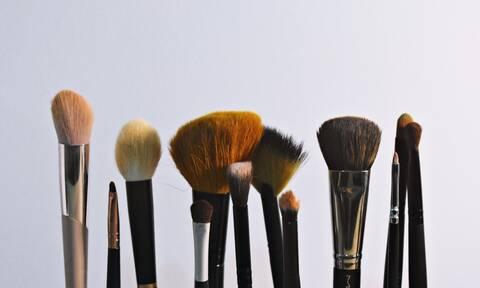 Αυτός είναι ο πιο εύκολος τρόπος να πλύνεις τα εργαλεία μακιγιάζ