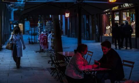 Κορονοϊός - Ισπανία: Θαμώνες σε μπαρ προπληρώνουν τα ποτά τους για την λήξη του lockdown