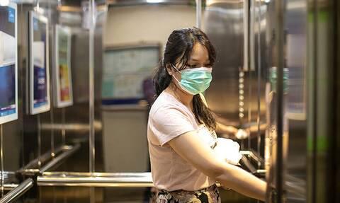 Κορονοϊός: Γιατί πρέπει να φοράς μάσκα στο ασανσέρ