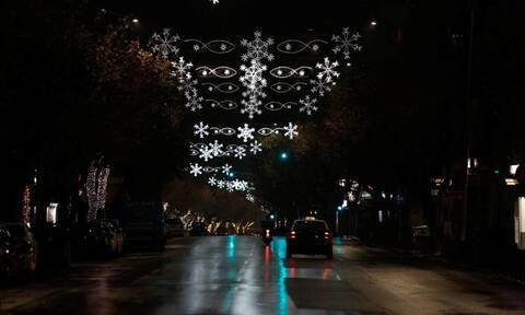 Η Θεσσαλονίκη φόρεσε τα γιορτινά της – Άναψαν τα λαμπιόνια στην Τσιμισκή