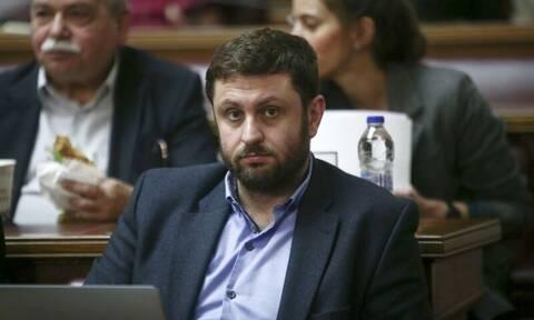 Ζαχαριάδης στο Newbomb.gr: «Η ΝΔ πετάει τη μπάλα στην εξέδρα του εμβολίου»