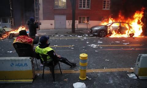 Γαλλία: Χάος στο Παρίσι - Kουκουλοφόροι πυρπολούν αυτοκίνητα, σπάνε βιτρίνες καταστημάτων