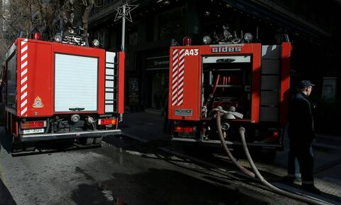 Φωτιά σε αυτοκίνητο στο Κουκάκι – Καταστράφηκε ολοσχερώς (vid)