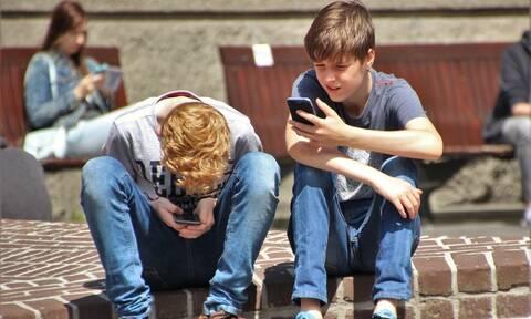 Πρέπει οι γονείς να ελέγχουν το κινητό του έφηβου παιδιού τους;