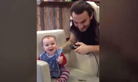 Δείτε πώς αντιδρούν αυτά τα μωρά όταν κουρεύονται για πρώτη φορά