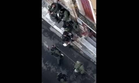 Αλέξης Γρηγορόπουλος: Αντιδράσεις για βίντεο αστυνομικών που διαλύουν ανθοδέσμη στα Εξάρχεια