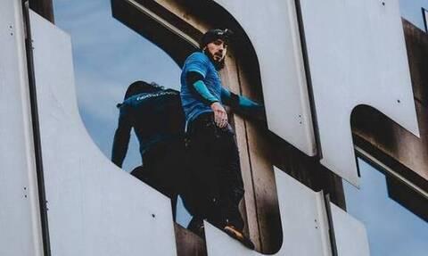 Αδιανόητο! Σκαρφάλωσε σε ουρανοξύστη 210 μέτρων χωρίς σχοινιά (videos)