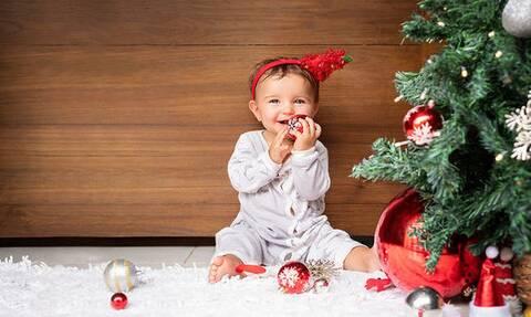 Χριστουγεννιάτικο δέντρο: Πώς θα αποφύγετε τα απρόοπτα με τα μικρά παιδιά