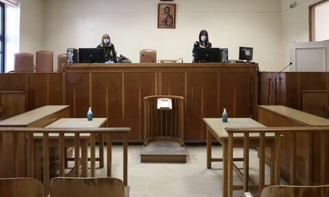 Ρεπορτάζ Newsbomb.gr: «Πόλεμος» για τις πύλες απολύμανσης στα δικαστήρια