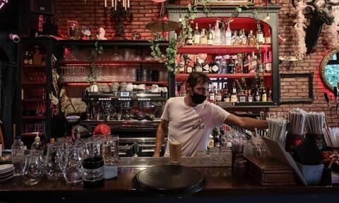 Lockdown: Πότε θα ανοίξουν μπαρ και εστιατόρια; Το «εφιαλτικό» σενάριο