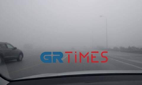 Απίστευτο θέαμα: «Εξαφανίστηκε» η Εθνική Οδός Θεσσαλονίκης - Αθήνας από την ομίχλη (video)