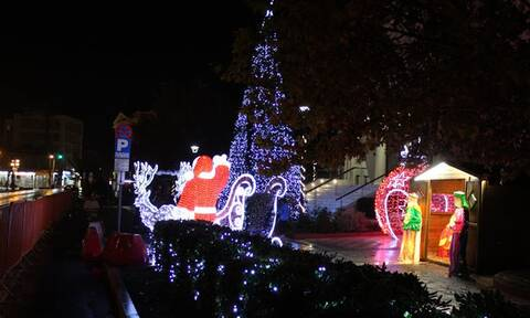 «Πλημμύρισε» χριστουγεννιάτικο φως η Μυτιλήνη - Φωταγωγήθηκε το πανύψηλο δέντρο (pics)