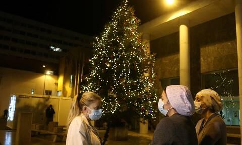 Θεσσαλονίκη: Φωταγωγήθηκε το χριστουγεννιάτικο δέντρο έξω από το ΑΧΕΠΑ
