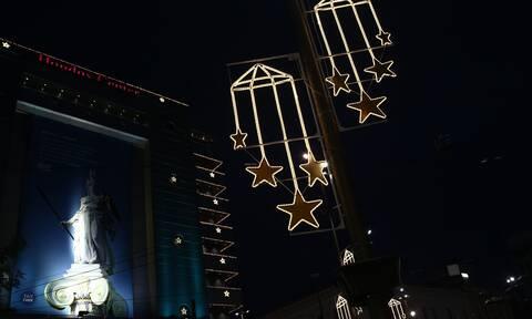 Σε εορταστικούς ρυθμούς η Αθήνα του lockdown – Στολίστηκαν δρόμοι και κτίρια για τα Χριστούγεννα