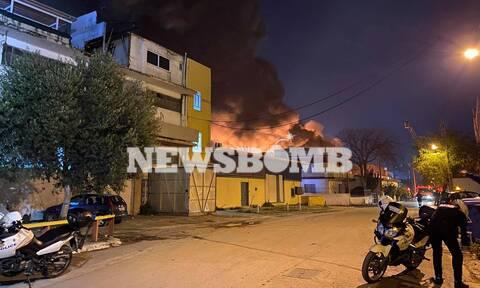 Συναγερμός στην Πυροσβεστική: Μεγάλη πυρκαγιά σε βιοτεχνία στο Μοσχάτο