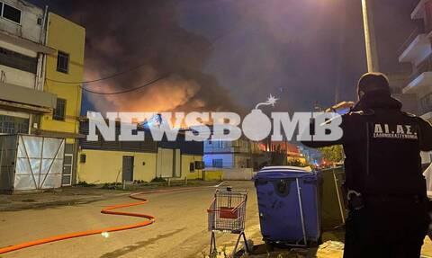 Μοσχάτο: Καίει ακόμα η φωτιά στη βιοτεχνία – Τι να προσέξουν οι κάτοικοι