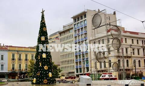 Σε εορταστικούς ρυθμούς η Αθήνα του lockdown – Φωταγωγήθηκε το χριστουγεννιάτικο δέντρο στην Ομόνοια