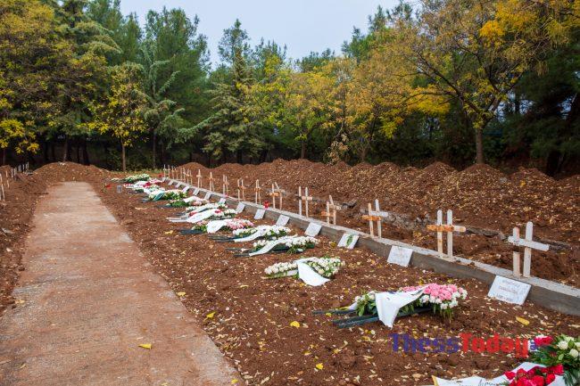 Θεσσαλονίκη: Συγκλονίζουν οι εργάτες στα κοιμητήρια Θέρμης – Σκάβουμε τάφους μέσα στο σκοτάδι, φωτογραφία-1