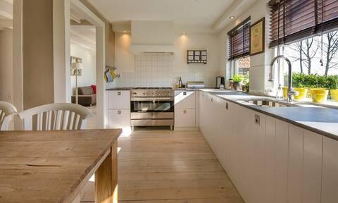 Αγόρασαν νέο σπίτι - «Πάγωσαν» μόλις είδαν τι ήταν στην κουζίνα (pics+vid)