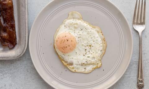 Τι πρέπει να κάνεις για να μην σπάει ο κρόκος στο τηγανητό αυγό