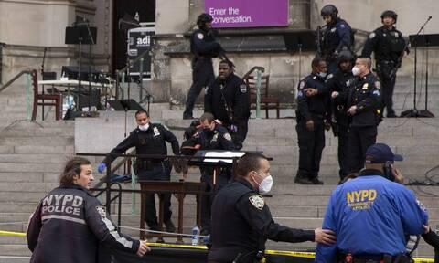 Μανχάταν: Η στιγμή που ένοπλος πέφτει νεκρός μπροστά σε εκκλησία από πυρά αστυνομικών (vid)