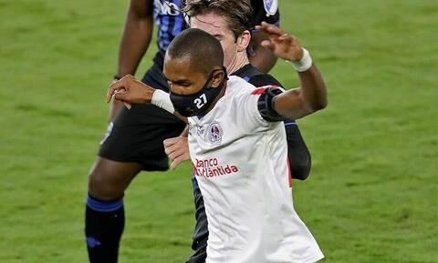 Ποδοσφαιριστής σέβεται απόλυτα τα μέτρα για κορονοϊό - Αγωνίζεται με μάσκα εδώ και μήνες (pics)
