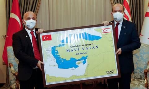 Πρόκληση Τατάρ: Φωτογραφήθηκε με χάρτη της «Γαλάζιας Πατρίδας»