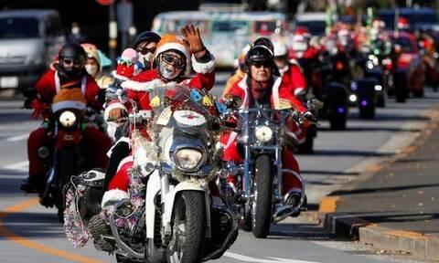 Μοτοσικλετιστές ντυμένοι Άγιοι Βασίληδες κατά της παιδικής κακοποίησης