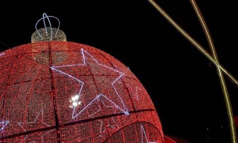 Γιατί κρεμάμε μπάλες στο Χριστουγεννιάτικο δέντρο