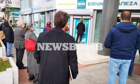 Ρεπορτάζ Newsbomb.gr: Ούρες ηλικιωμένων στις τράπεζες για την είσπραξη των συντάξεων