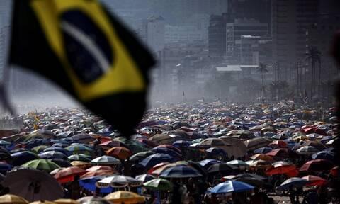 Αδιανόητες εικόνες στη Βραζιλία: Γέμισαν οι παραλίες εν μέσω πανδημίας