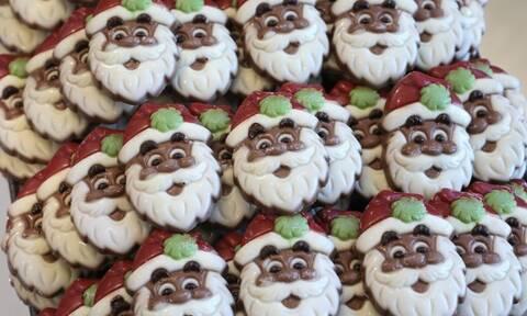 Το γλυκό των Χριστουγέννων που μόλις ψηθεί… κρέμεται ανάποδα