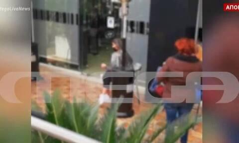 Πανικός σε κομμωτήριο: Έκρυψαν πελάτισσες με τα αλουμινόχαρτα στα μαλλιά - Επεισοδιακός έλεγχος