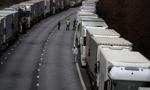 Οργή στα σύνορα της Αγγλίας για εκατοντάδες οδηγούς φορτηγών: «Μας αντιμετωπίζουν σαν σκουπίδια»