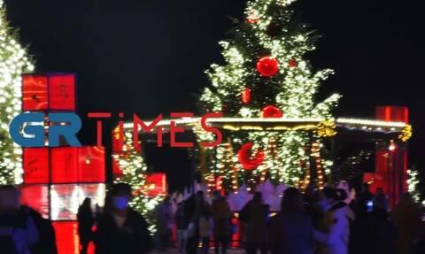 Κορονοϊός - Θεσσαλονίκη: Αψήφισαν τα μέτρα και βγήκαν για φωτογραφία στο Χριστουγεννιάτικο δέντρο