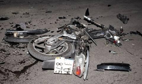 Σοβαρό τροχαίο στο Αιγάλεω: «Σμπαράλια» μηχανάκι μετά από σύγκρουση με αυτοκίνητο