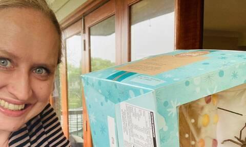Χριστουγεννιάτικος εφιάλτης: Δείτε τι ανατριχιαστικό βρήκε όταν άνοιξε το κουτί με το γλυκό