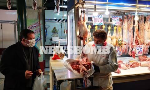 Ρεπορτάζ Newsbomb.gr: Στη Βαρβάκειο για τα τελευταία ψώνια - Πώς κινούνται οι τιμές