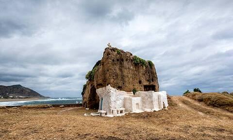 Το εκκλησάκι στη Σκύρο που είναι κυριολεκτικά σκαλισμένο πάνω σε βράχο