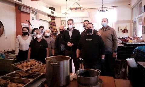 Στο Κερατσίνι ο Κυριάκος Μητσοτάκης: Μοίρασε φαγητό από την ταβέρνα «Ο Κρητικός»