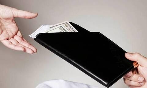 Σερβιτόρα πήρε φιλοδώρημα 820 ευρώ και το μοιράστηκε με τους συναδέλφους της - Ο λόγος που το έκανε